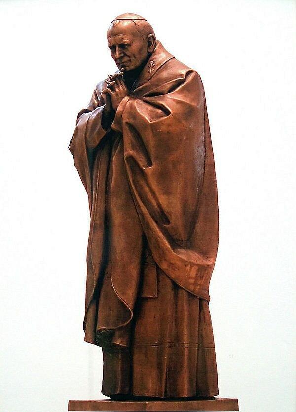 Во Франции появится скульптура Папы Римского руки Церетели