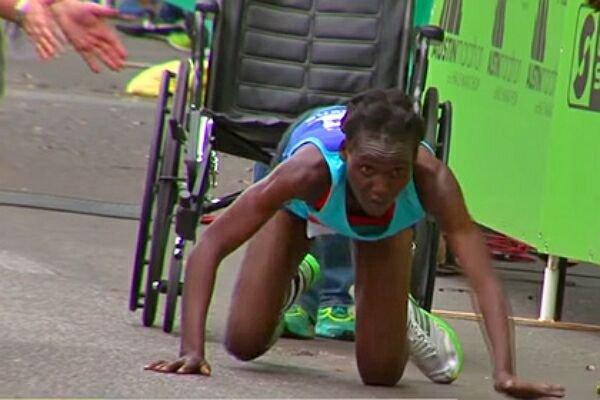 Кенийская спортсменка финишировала на четвереньках