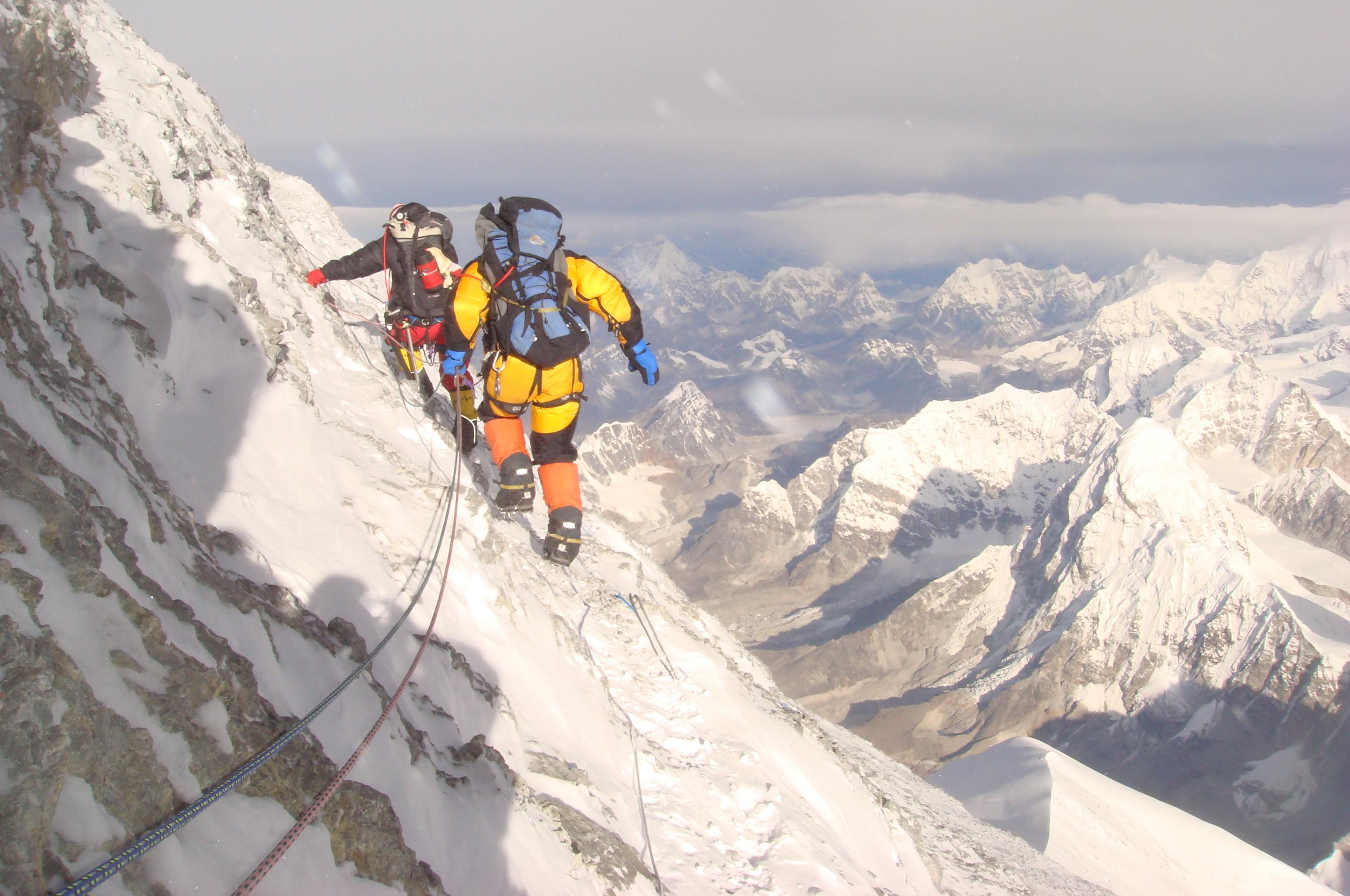 Уникальная экспедиция: российские альпинисты намерены капсулировать погибших на Эвересте