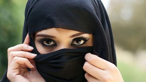 Шахматистка, изгнанная из иранской сборной за отказ от хиджаба, выступит за США