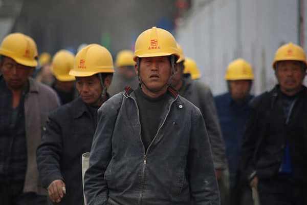 На китайских заводах следят за эмоциями своих работников