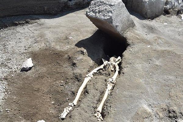Нелепая смерть тысячелетней давности стала поводом для насмешек в сети