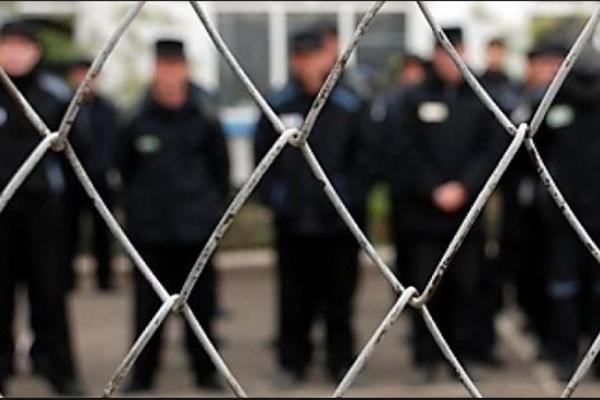 За полгода заключенные напали на сотрудников колонии 61 раз