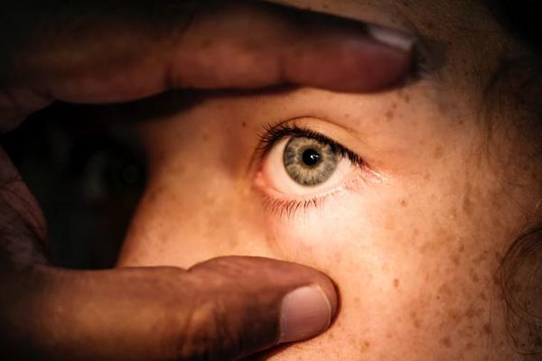 Москвичка ослепла на один глаз после укола филлера