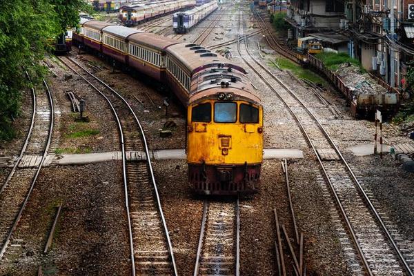 В Китае поезд сошел с рельсов и врезался в жилой дом