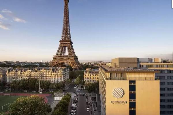 Дубль два: в Париже загорелся отель