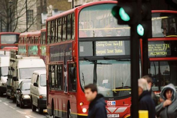 Британский подросток толкнул женщину под автобус