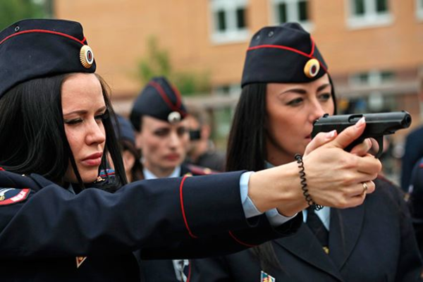 Из-за низкой зарплаты женщины-полицейские вынуждены подрабатывать