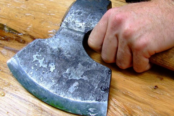 Мужчина с топором напал на директора кредитной организации