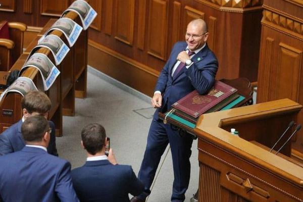 Украинскому депутату посоветовали носить костюм матрешки