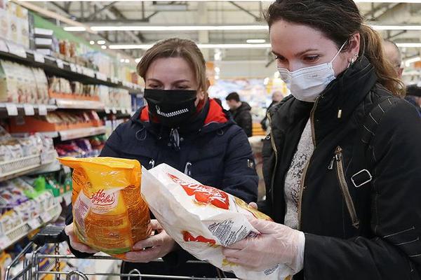 Россияне поддаются панике и начинают опустошать магазины