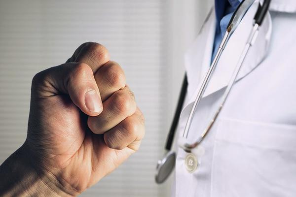Российских врачей обучат приемам самообороны