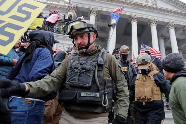 ФБР пообещало 50 тысяч долларов за поимку людей, причастных к закладке бомбы возле Капитолия